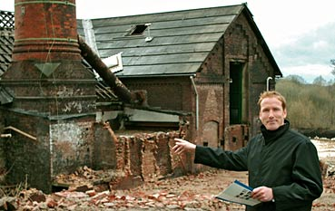 BAUCON-Geschäftsführer Frank Stommel vor dem alten Kesselhaus des Alexanderwerks. Fotos: Lothar Kaiser
