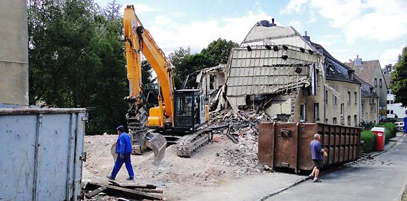 Der Abbruch der alten GEWAG-Häuser auf Honsberg hat begonnen. Foto: Lothar Kaiser