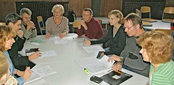 Sie berichteten vor Pressevertretern über die Pläne der AG Dialog der Generationen: Jochen Gehrmann, Sachgebietsleiter 'Altenhilfe' der Stadt Remscheid (4. v. li), rechts daneben Erika Schmitz (Mitglied des Seniorenbeirats und dessen Sprecherin im Sozialausdschuss), Georg Gregull (Vorsitzender des Seniorenbeirats), Amelie Buskotte (Jugendrat), Gerd Dietrich-Wingender (Geschäftsführer des Jugendrates) und Ilka Sontag (Geschichtslehrerin am Röntgen-Gymnasium). Foto: Lothar Kaiser