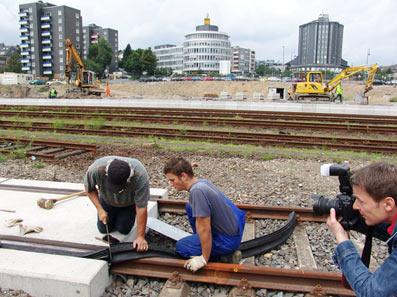 Letzte Arbeiten am neuen Gleisauschuss für ThyssenKrupp noch während der Feier
