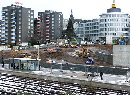 Wo jetzt noch Baufahrzeuge stehen, nimmt der künftige 'Bahnhofsgarten' langsam Gestalt an. Einige Steinwälle sind schon fertig. Foto: Lothar Kaiser