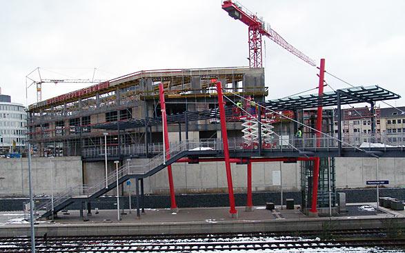 Erst von der Rückseite wird deutlich, welchen imposanten 'Querriegel' das neue, dreistöckige Bahnhofsgebäude darstellt. Foto: Lothar Kaiser