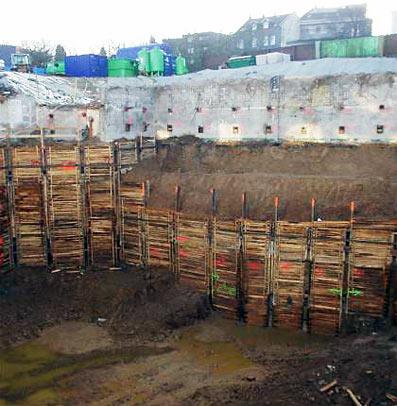 Die tiefe Baugrube von Hartcrome Feige, aus der der kontaminierte Boden geholt werden musste.
