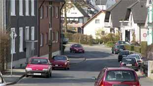 [Das verstehe, wer will: In diesem Bereich der Fichtenstraße ist auch längeres Parken außerhalb von Parkbuchten erlaubt. Und das auf beiden Straßenseiten.]