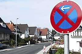 [Schilda in Remscheid: Selbst das Be- und Entladen ist außerhalb der Parkbuchten auf der neu ausgebauten Fichtenstraße verboten.]
