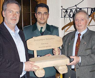 (v.l.: der neue Forstverbandsvorsitzende Ronald Paas, Geschäftsführer Markus Wolff, der bisherige Vorsitzende Walter Kempe)