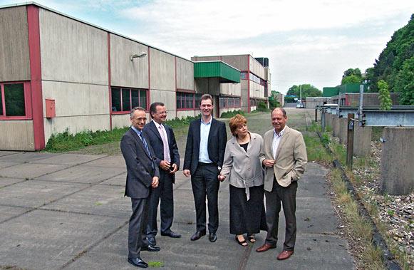 Von links nach rechts: Christian Lange und Harald Wehmmeyer von dert RWE Systems AG, Alexander Kemper, Oberbürgermeisterin Beate Wilding und Kurt Kemper. Foto: Lothar Kaiser