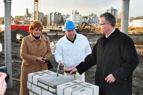 Oberbürgermeisterin Beate Wilding und HBB-Geschäftsführer Harald Ortner bei der Grundsteinlegung. Foto: Hans-Georg Müller