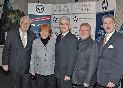 Im Bild von li. n. re.Klaus Pieper, Oberbürgermeisterin Beate Wilding, Kreishandwerksmeister Armin Hoppmann, Roland Gebert und  Fred Schulz