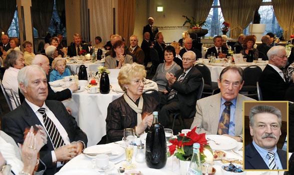 138 Altmeisterinnen und Altmeister der der Kreishandwerkerschaft Remscheid angeschlossenen Innungen feierten in vorweihnachtlicher Atmosphäre im Schützenhaus
