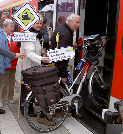 Aktion der Grünen am Remscheider Bahnhof.