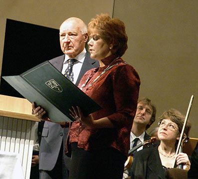 Die Überreichung der Urkunde über die Ehrenbürgerschaft. Foto: Lothar Kaiser