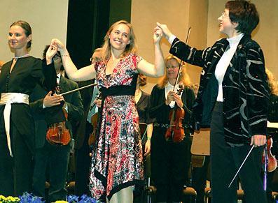 Viel Beifall erhielt die junge Pianistin Susanne Hardick, rechts Generalmusikdirektorin Romely Pfund.. Foto: Lothar Kaiser