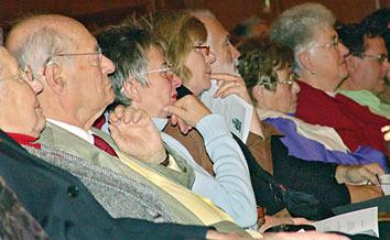 Aufmerksame Zuhörerinnen und Zuhörer im Theatersaal. Foto: Lothar Kaiser
