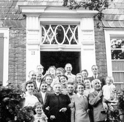 Vor pe vor dem wunderschönen altbergischen Hauseingang eine Familie posiert nach 1945 die Familie Eugen Lohmann