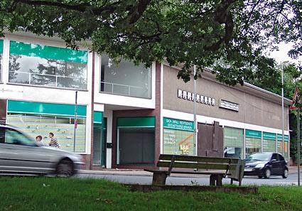 Auch dieses Möbelgeschäfts am Lenneper Bahnhof steht seit langem leer.