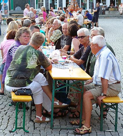 Gemütliche Runde mitten auf dem Alten Markt. Foto: Lothar Kaiser