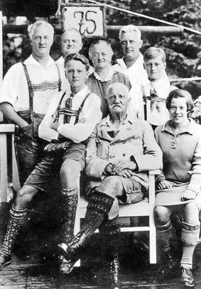 Hermann Windgassen im Kreis seiner Familie in Oberbayern.