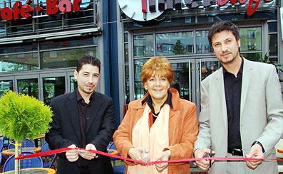 Zu einer Eröffnung gehört das Zerschneiden eines Bandes: von li. n. r.  Murat Bahar, OB Willding und Murat Jeniceri Foto: Lothar Kaiser