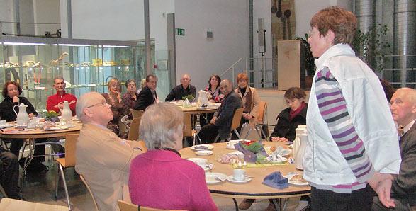 Zu Kaffee und Kuchen trafen sich heute Nachmittag die Teilnehmer des Zeitzeugen- Projektes des städtischen Migrationsbüros im Werkzeugmuseum. Foto: Lothar Kaiser