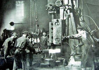 Schmieden unter dem Dampfhammer. Foto: B. Jörres