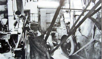 Schleifsteine mit Transmissionen angetrieben. Repro: G. Schmidt
