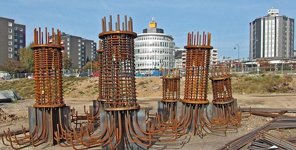 Die Stahlkonstruktionen für die späteren Betonpfeiler des Südstegs am Bahnhof warten darauf, verfüllt zu werden. Foto: Lothar Kaiser