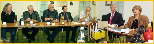 Pressekonferenz im Rathaus im Juli 2007. Rödl und Partner übergaben ihr Konsolidierungsgutachten. Von links nach rechts Beatrice Schlieper von den Grünen, SPD-Fraktionsvorsitzender Hans Peter Meinecke, der stellv. CDU-Fraktionsvorsitzende Hilmar Somborn, Philipp Wallutat, FDP, Steffen Baumann, Rödl und Partner, sowie Oberbürgermeisterin Beate Wilding Ein Bürowagen voller Akten, kleines Foto, stand dabei im Mittelpunkt.