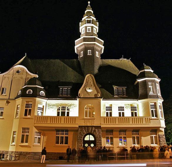 Gestern hieß es 'Licht an!'. Das Lüttringhauser Rathaus strahlt bis ins ferne Remscheid. Foto: Jochen Wende