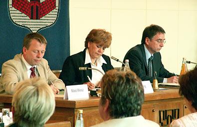Jürgen Müller nahm an der Sitzung nicht teil, auch nicht der Leiter des städtischen Rechtsamtes. Links neben OB Wilding Sozialdezernent Burkhard Mast-Weisz, rechts neben ihr in Amtshilfe ein Jurist der Stadtverwaltung Solingen. Foto: Lothar Kaiser