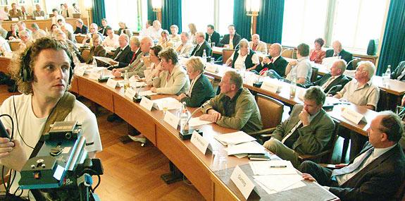 Auch WDR und RSG verfolgten die Sondersitzung des Rates. Foto: Lothar Kaiser