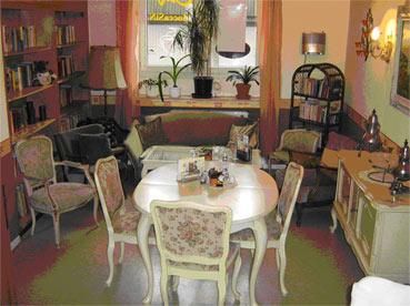 'Omas gute Stube' mit einer Bücherecke im Café MoccaSiN.
