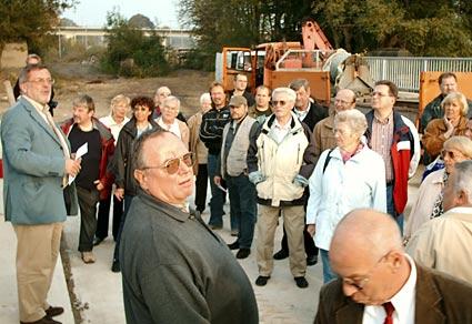 Die SPD hatte zur Besichtigung der Großbaustelle am Bahnhoif eingeladen, und viele interessierte Bürger kamen. Foto: Lothar Kaiser