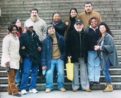 Diese Flüchtlinge freuen sich, die Qualifizierungsmaßnahme der Caritas bestanden zu haben