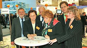 Gruppenbild mit OB Wilding von der ExpoReal 2006 in München. Links Stadtplaner Hand Gerd Sonnenschein, rechts Karin Schellenberg.