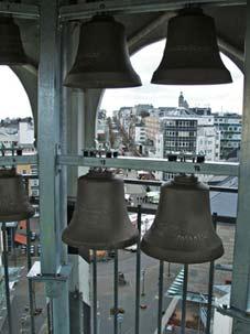 Blick vom Glockenturm auf Marktplatz und Alleestraße