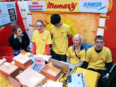 Schülerinnen und Schüler der EMA waren heute auf der JUNIOR-Messe im Alleecenter mit selbst produzierten Sammelkisten vertreten. Foto: Lothar Kaiser
