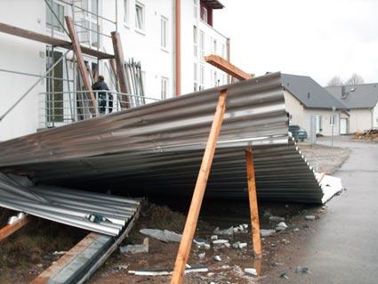 Starke Windböen rissen vergangene Nacht dieses Wellblechdach im Neubaugebiet Hohenhagen zu Boden. Foto: Lothar Kaiser