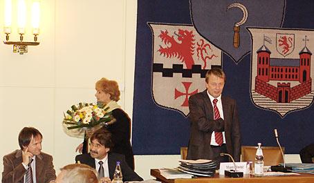 Gerade ist Burkhard Mast-Weisz zum Stadtdirektor gewählt worden. Oberbürgermeisterin Beate Wilding bringt die Blumen seiner Ehefrau Bärbel Weisz. Foto: Lothar Kaiser