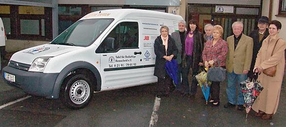 Der neue Lieferwagen der Remscheider Tafel mit dem Vorsitzenden Joachim Jüttner, 3. v. r., und einigen Sponsoren. Foto: Lothar Kaiser