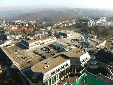 Blick vom Rathausturm auf das Alleecenter. Foto: Lothar Kaiser