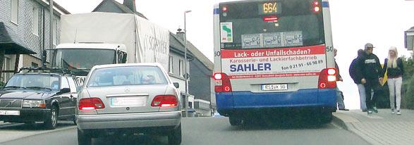 Gefährliches Überholmanöver ohne Sicht auf den Gegenverkehr.  Foto:Lothar Kaiser