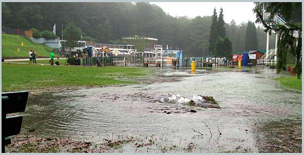 Noch am Morgen sprudelt das Wasser aus den Gully: Land unter im Freibad Eschbachtal