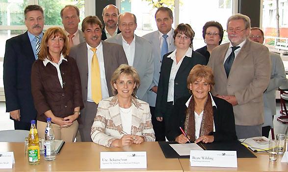 OB Wildung und Ute Ackerschott von der Agentur für Arbeit bei der Unterzeichnung der Kooperationsvereinbarung. Foto: Lothar Kaiser