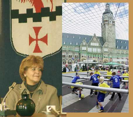 Während Oberbürgermeisterin Beate Wilding im Rathaus Gäste aus den Partnerstädten begrüßte, wurde auf dem Vorplatz Fußball mal ganz anders gespielt