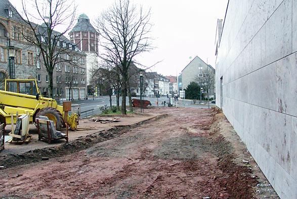 Hoffentlich resistent gegen Sprayer: Die neue Betonwand am August-Weider-Platz. Foto: Lothar Kaiser