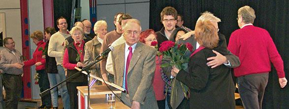 Mit Rosen gratulierten die SPD-Delegierten Beate Wilding zur OB-Nominierung. Foto: Lothar Kaiser