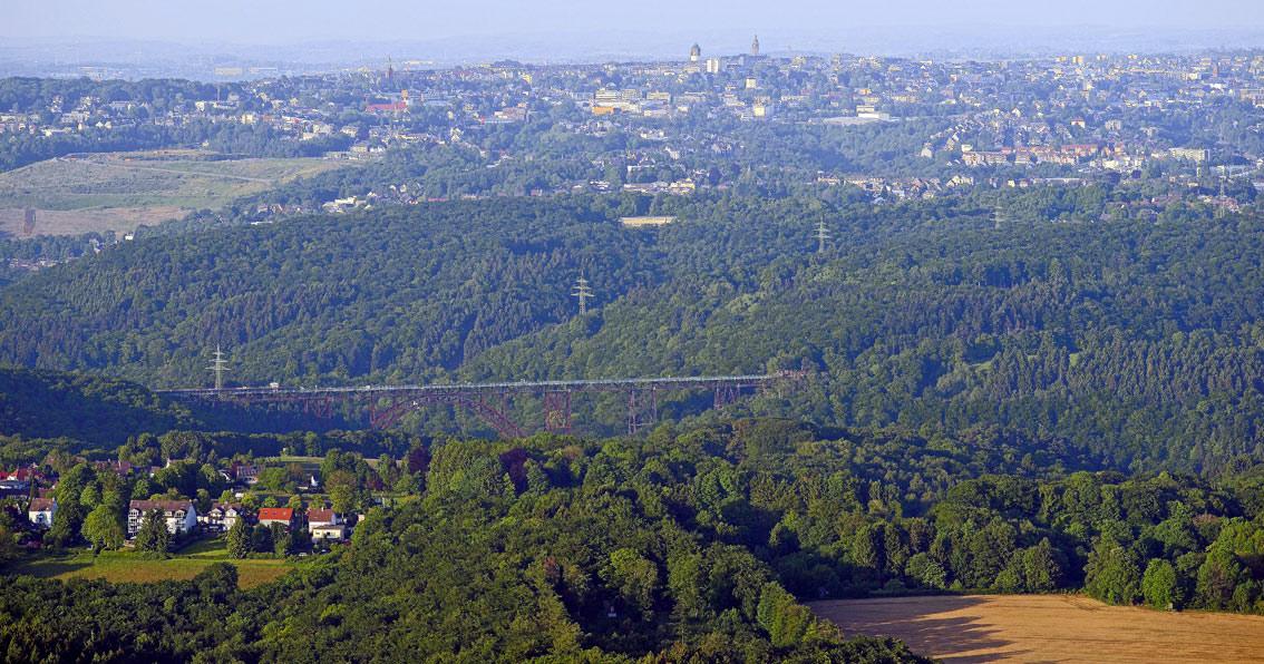 Die Skyline von Remscheid und die Müngstener Brücke ...  Die Skyline von...
