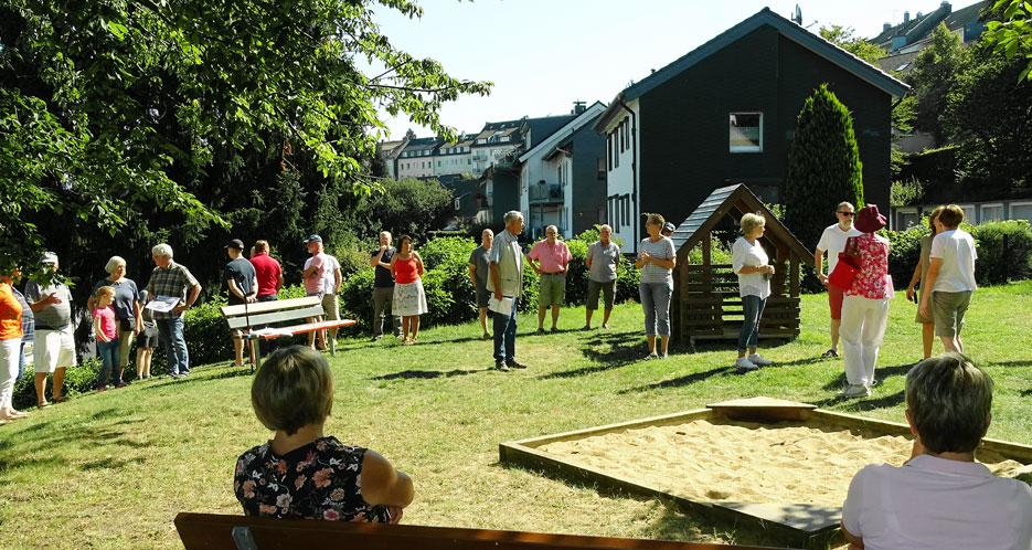 Die Bürgersprechstunde auf dem Spielplatz an der Straße Am Sieperpark mit Bezirksbürgermeister Otto Mähler (Bildmitte) im August 2020. Foto: Lothar Kaiser